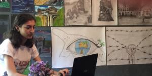Война в рисунках - беженка из Абхазии устроила выставку своих работ и картин друзей в мастерской